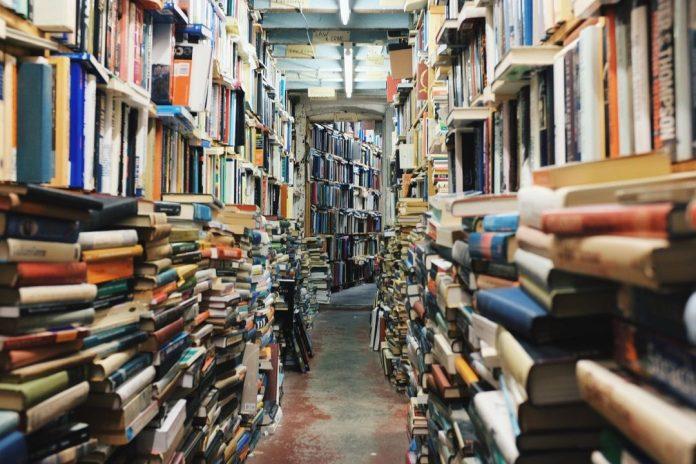 Foto de livraria, estantes de livros antigos, sebo
