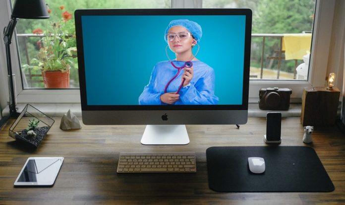 tecnologias no mercado de saúde mulher simula atendimento médico pela tela do computador