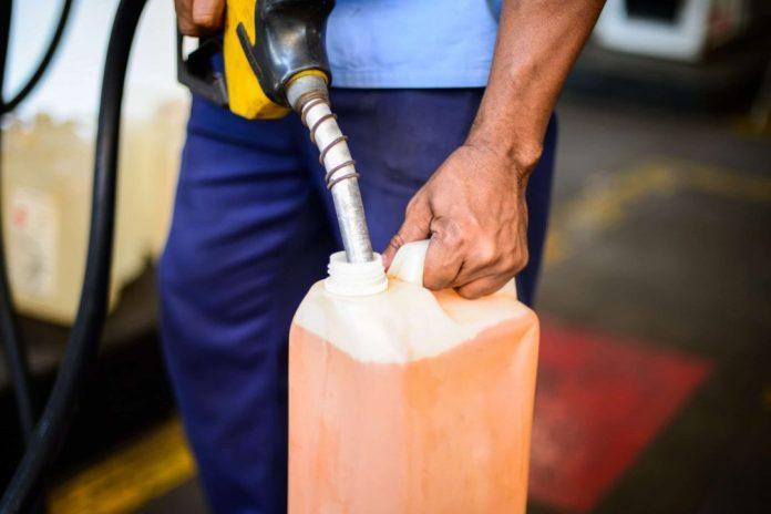 Notas econômicas Homem enche galão de gasolina  Foto: Marcello Casal jr/Agência Brasil