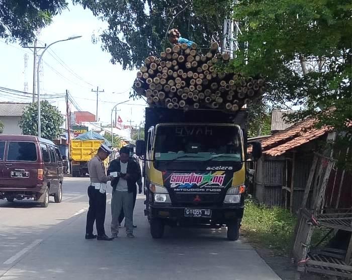 Truk Muatan Bambu Ditilang