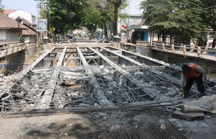 Awas, Jembatan Kali Damar Sedang Dibongkar