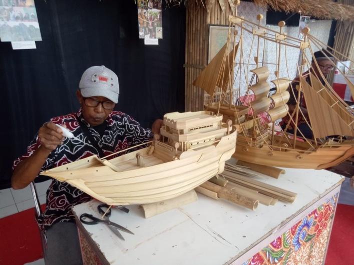 Unik, Miniatur Pinisi Berbahan Bambu