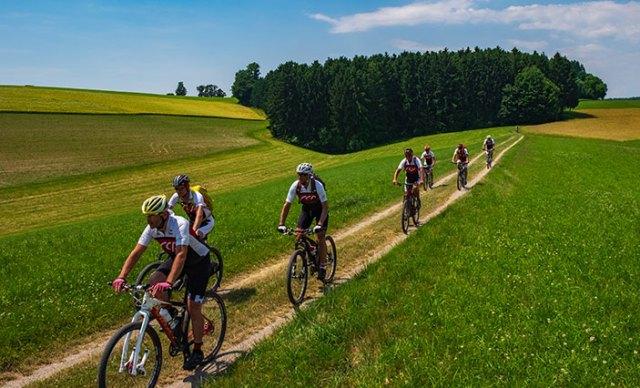 Mountainbike-Gruppe auf Schotterweg im Melktal.