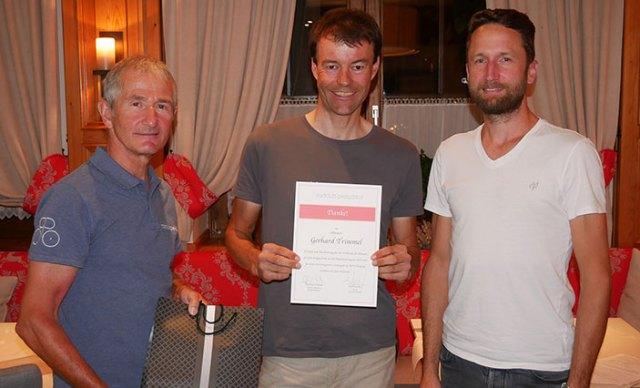 Karl Kendler und Matthias Wieland ehren Gerhard Trimmel für seine Verdienst für den Radclub.
