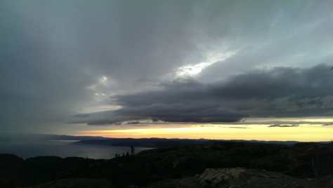 Sonnenuntergang vs. Wolken über dem Trondheimfjord