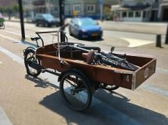 In Amsterdam transportiert man auch das Fahrrad mit dem Fahrrad.
