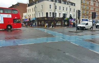 Deutlich sichtbare Radstreifen auf der Kreuzung im Osten Londons