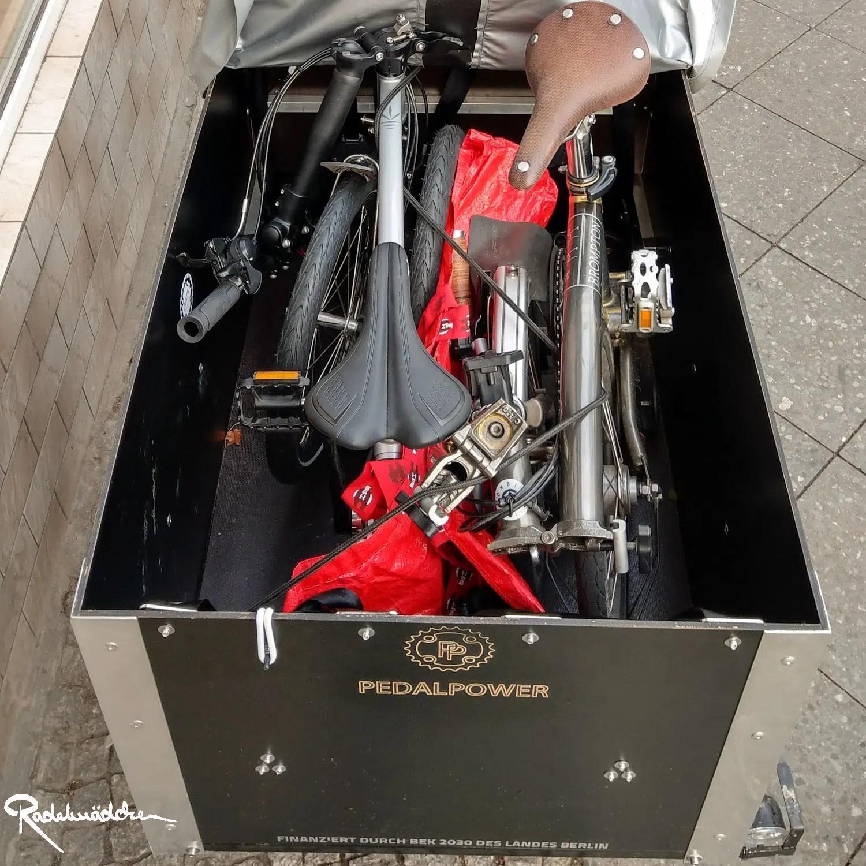 flotte Lastenrad Bruno und zwei Falträder in der Kiste