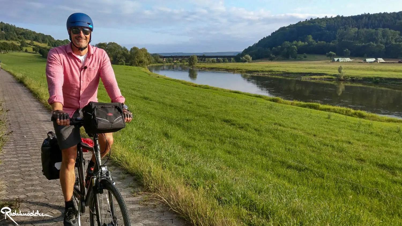 Marco auf dem Fahrrad am Weserradweg