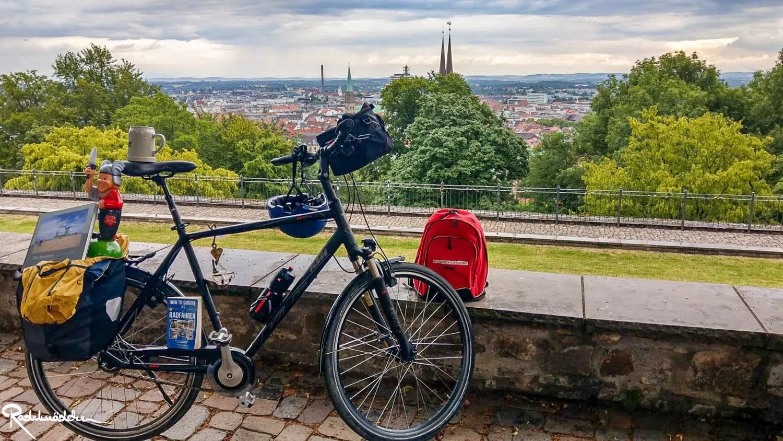 Fahrrad mit Ausblick auf Bielefeld von der Sparrenburg