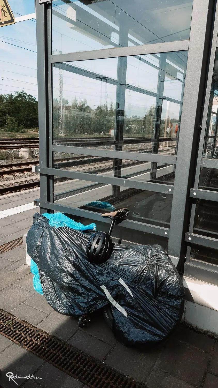 verpacktes Rad am Bahnhof