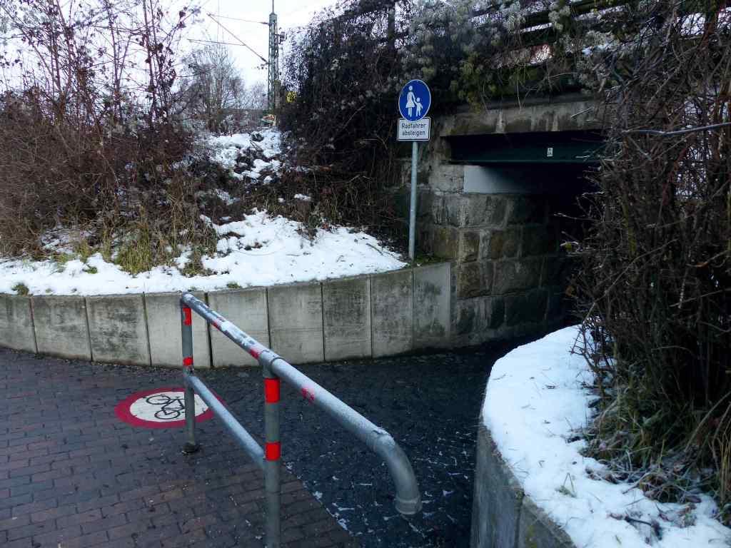 Einfahrt verboten für Radfahrer*innen: bahnunterführung an der Ottostraße