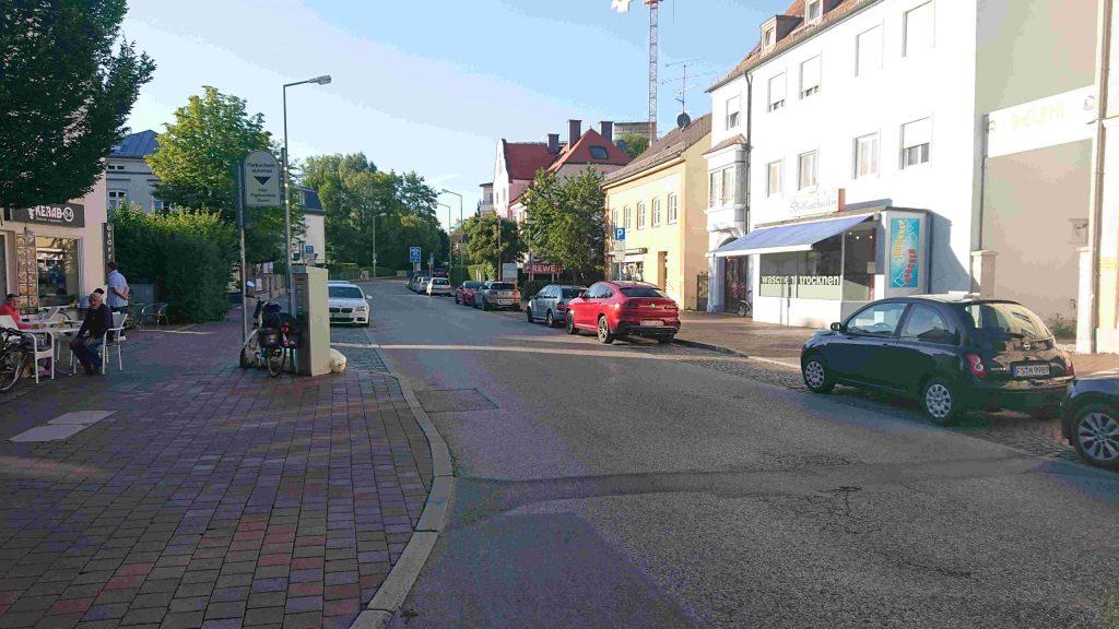 Bahnhofstrasse: Parkplätze statt Platz für Radfaher*innen