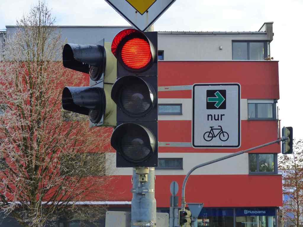 Grüner PFeil Radfahrer Korbiniansbrücke