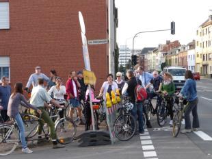 Hinter dem Friedrich Ebert Platz hielten wir wieder auf der Euskirchener Straße. Diskussion über Radverkehrsführung am Adenauerpark, Ecke Euskirchener Straße.