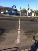 Diese Richtung kombinierte Fußgänger-/Radfahrerampel, man muss für Grün Knopf drücken