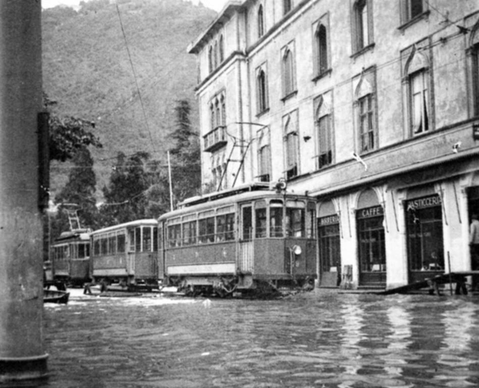 Piazza Cavour allagata. Foto della metà del XX secolo. Il problema dell'allagamento di Como è un problema a cui la città ha tentato di rispondere negli ultimi decenni.