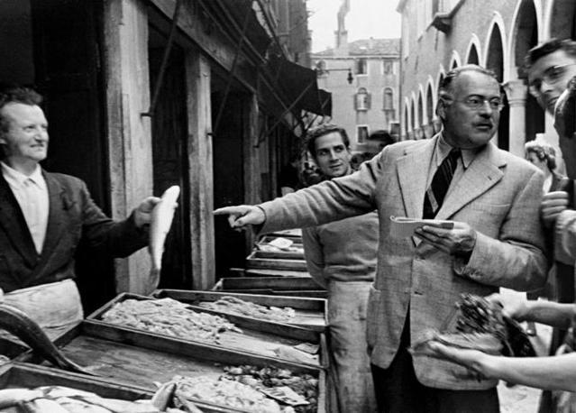 Ernest Hemingway al mercato del pesce di Rialto, a Venezia, nel 1948