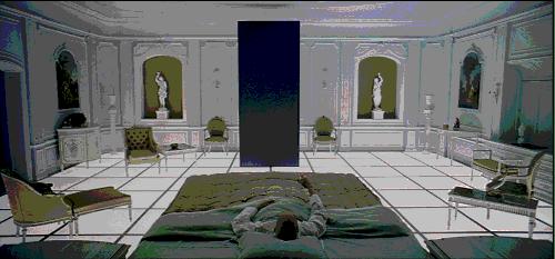 La scena finale, con il monolito nella misteriosa camera in stile Impero