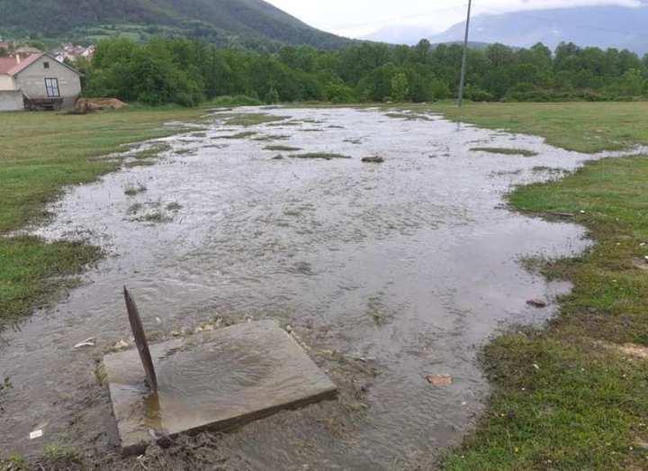 Ujërat e zeza vërshojnë fshatin Kapre – Banorët kërkojnë zgjidhje!