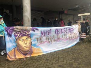 Decenas de personas se han acercado al Centro Penitenciario de Temuco para entregar su apoyo al machi Celestino Córdova ante la huelga de hambre que ya sostiene hace 70 días. Foto: @Araucanía diario