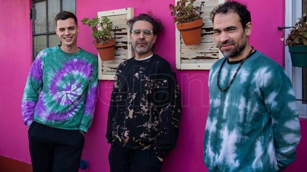 Juampi Espina, Lucas Monzón y Fernando Peralta, los músicos de su banda (Foto: Lara Sartor)