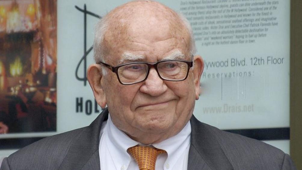 """Ed Asner recordado por participación en la serie """"Lou Grant"""" y la miniserie """"Raíces""""."""