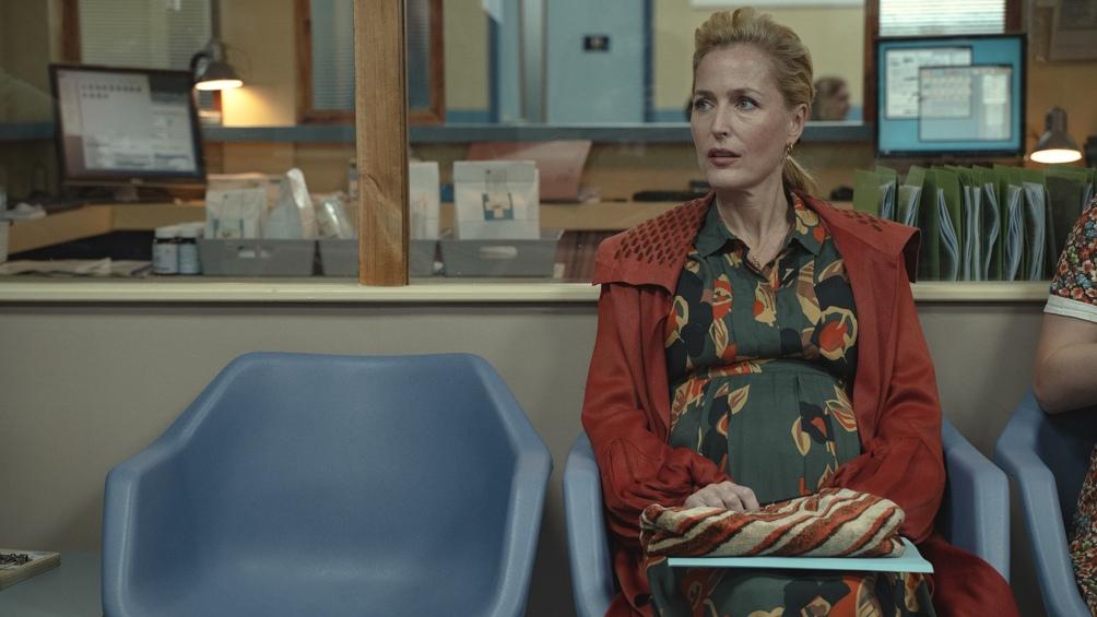La actriz Gillian Anderson, en la serie madre de la protagonista. Foto: Netflix.