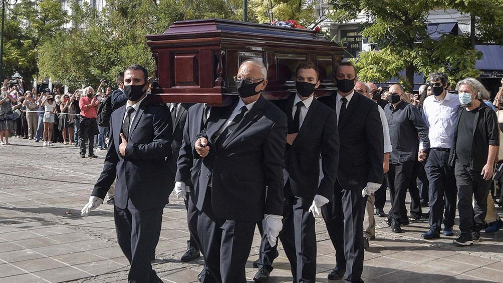 La llegada del féretro se demoró más de la cuenta por una disputa familiar (Foto AFP).