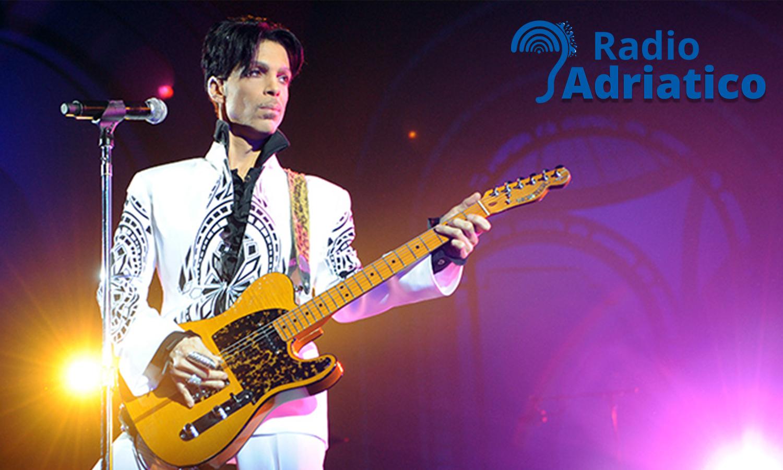 """Il 7 giugno 1958 nasce Prince. Famosa la sua """"Kiss"""" (VIDEO)"""