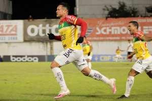 Artilheiro marca, Brusque vence Brasil de Pelotas ...