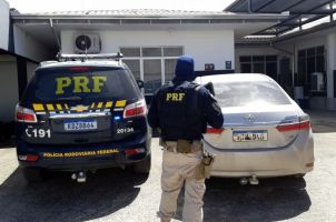 Homens são presos na BR 101 em Itajaí com carro ro...