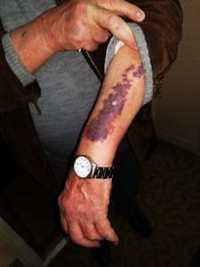 Un bărbat de 45 de ani şi-a agresat tatăl pentru că nu l-a lăsat să facă duş