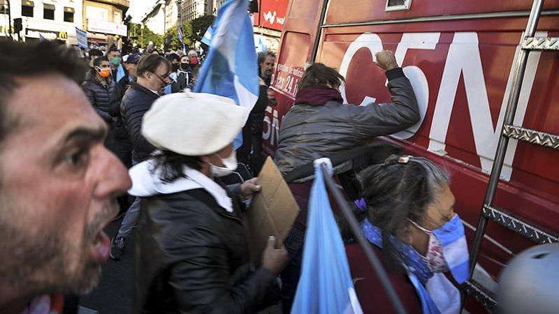 Un móvil de C5N fue atacado por manifestantes anticuarentena en el Obelisco
