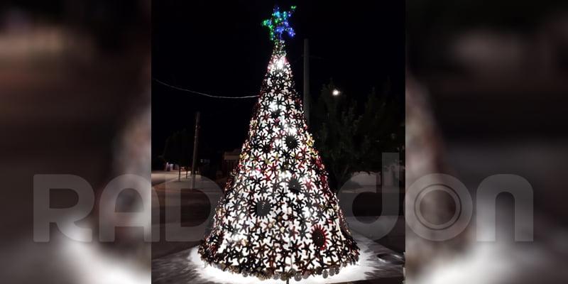 Con capuchones de vino armaron el tradicional Arbolito de Navidad de Eduardo Castex