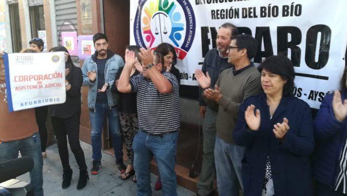 Funcionarios de la Corporación de Asistencia Judicial en paro demanda mejoras laborales en Concepción