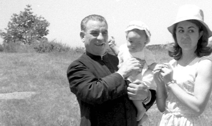 Tío cura, dueño de Telefunken Panchito. con Maita y Merche, su madre.. Radioexperto.com