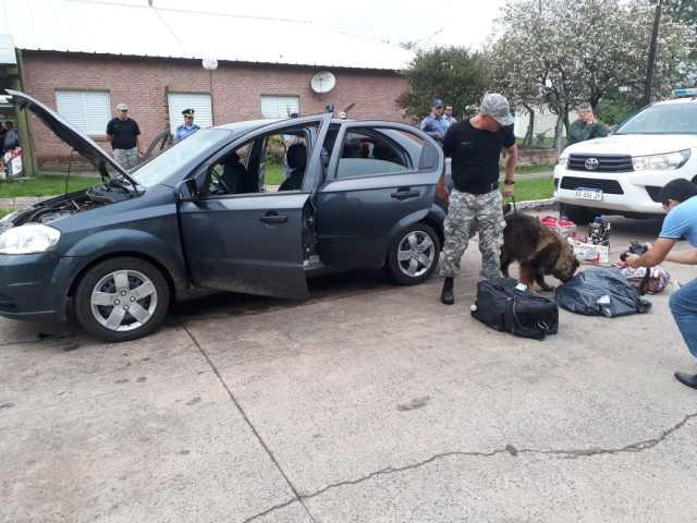 El vehículo es inspeccionado por los policías de Chaco.