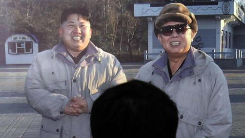 Una fotografía del difunto líder norcoreano Kim Jong-il (dcha.) junto al actual líder, Kim Jong-un.