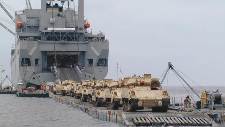 El buque de carga estadounidense USNS Seay transporta los vehículos de infatería M2 Bradleys.