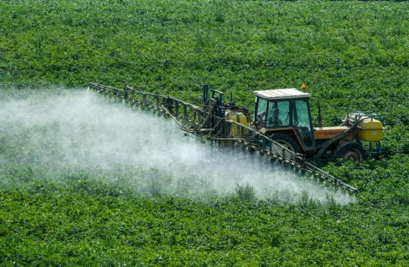 Un granjero esparce herbicida en un campo en Méteren, Francia, el 7 de agosto de 2017 AFP/Archivos / PHILIPPE HUGUEN