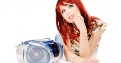 Jolie fille écoutant la radio