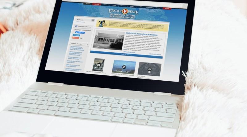 Un Chromebook avec le site de l'Encyclopédie du patrimoine culturel de l'Amérique française