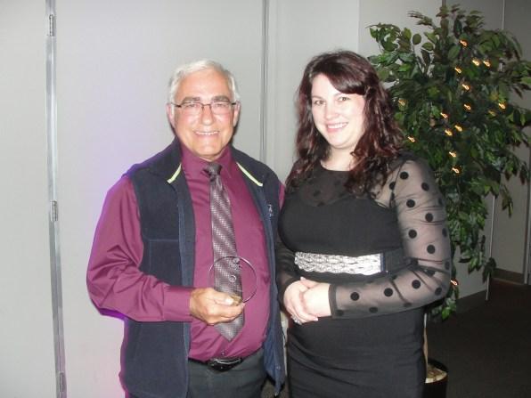 André Contant (prés. CHPL FM) reçoit de Rose Madden (prés. CIFA FM) le trophée Nouvelles Ondes de l'année remis à une station nouvellement entrée en ondes.