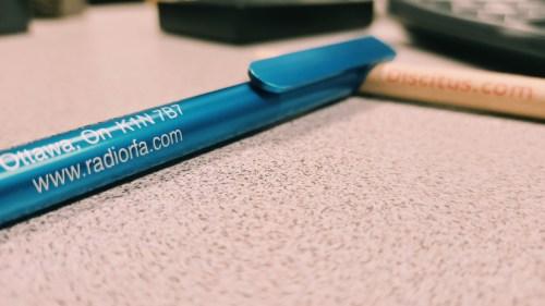 Deux crayons avec les adresses de deux sites web