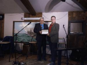 À droite, Steve McInnis de CINN FM (Hearst, Ontario) accepte le Prix Radio Unie Target attribué pour le meilleur message publicitaire de la dernière année.