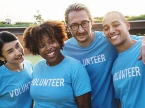 Un groupe de bénévoles