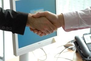 Deux professionnels en complet se donnent une poignée de main