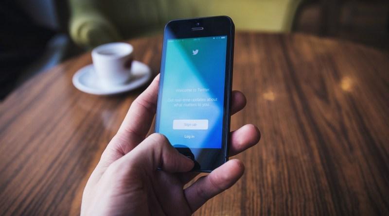 Quelqu'un consulte Twitter sur son appareil mobile