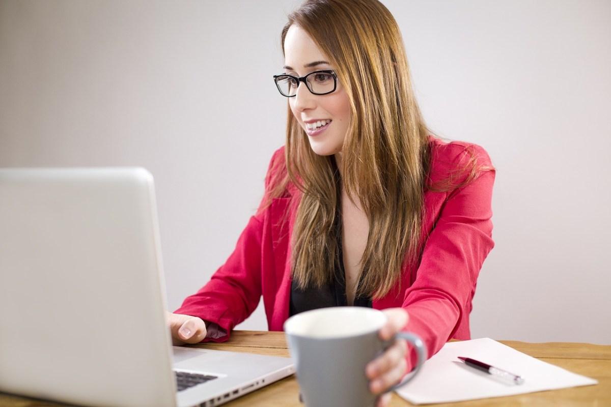 Jeune femme qui navigue sur Internet avec un ordinateur portable